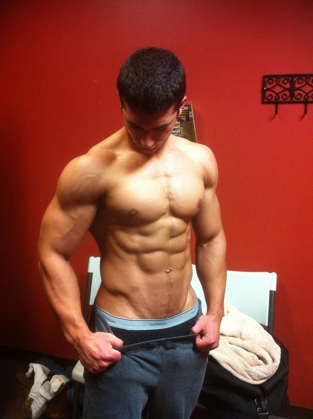 Парни спортивках мускулистые в